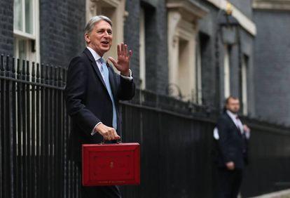 El ministro de Finanzas británico, Phillip Hammond, sale de Downing Street con los Presupuestos a finales de octubre