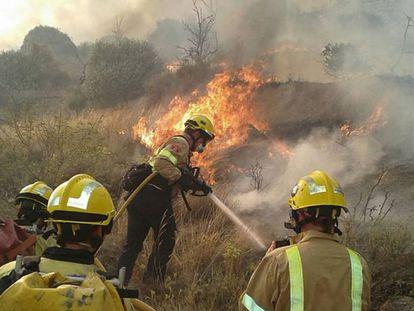 Los bomberos trabajan en la extinción de un incendio, en una imagen de archivo.