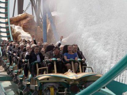 Artur Mas y su esposa en la nueva montaña rusa de Port Aventura.
