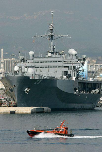El buque <i>Mount Whitney,</i> fondeado en Tarragona en octubre pasado.