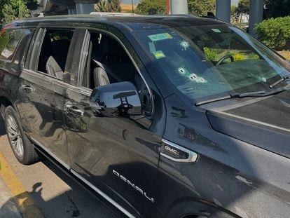 La camioneta baleada en las inmediaciones de la Terminal 2 del Aeropuerto Internacional de la Ciudad de México, este viernes.