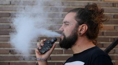 Un usuario de vapeador, cigarrillo electrónico, en 2019.