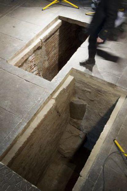 Las dos sepulturas excavadas junto al altar de la iglesia que contenían restos romanos.