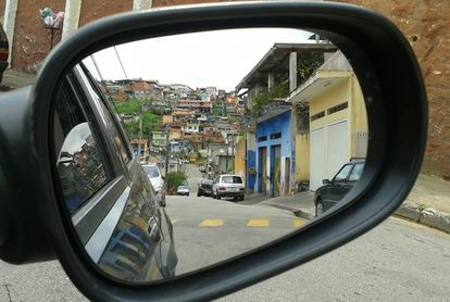 El espejo de un automóvil en una favela de Brasil.
