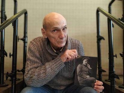 George Shajet sostiene una foto de su abuelo, un ingeniero represaliado en 1934, en Moscú.