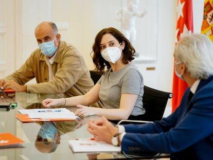 Una imagen de mayo del viceconsejero de salud pública Antonio Zapatero (izquierda), la presidenta de la Comunidad de Madrid, Isabel Díaz Ayuso, y el consejero de Sanidad, Enrique Ruiz Escudero.