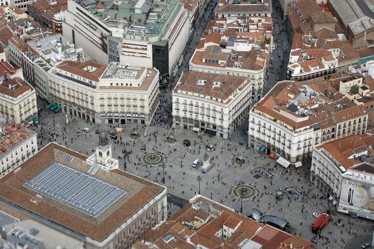 Vista aérea de la Puerta del Sol de Madrid y su entorno.