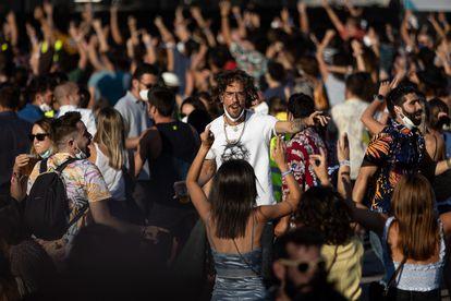 Varios jóvenes sin mascarilla ni distancia de seguridad, en el Cruïlla, a principios de julio.