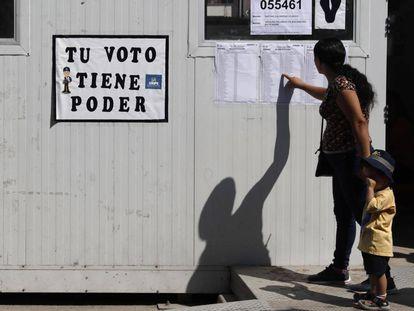 Una mujer busca su mesa para votar en Lima, Perú.
