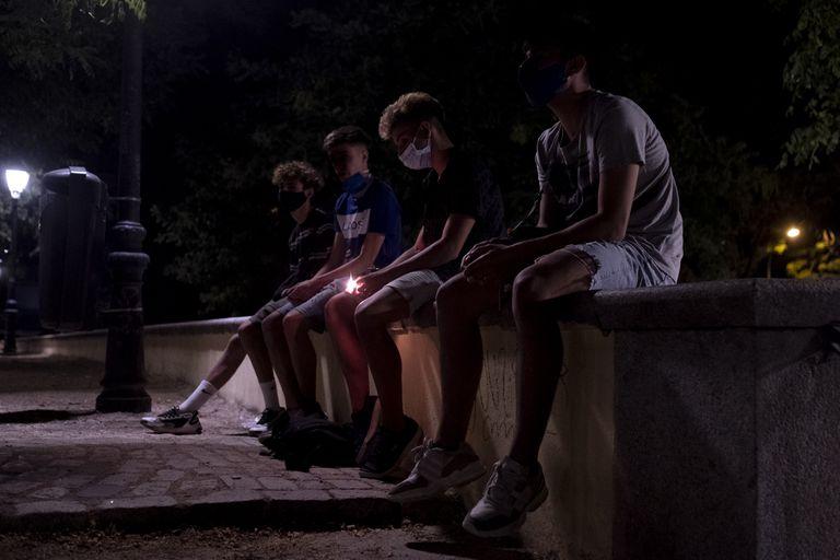 Pablo, Gustavo, Hugo y Dani, sentados en el parque de las Vistillas, la noche del viernes. en Madrid.