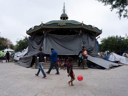 Campamento de migrantes en la plaza central de Reynosa, Tamaulipas.