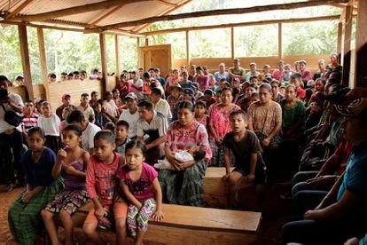 Asamblea de una comunidad maya q'eqchi, afectada por diferentes megaproyectos en la región de Alta Verapaz, en Guatemala.