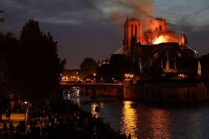 Los bomberos tratan de apagar las llamas en la catedral de Notre Dame