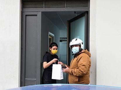 Un repartidor recoge un pedido en una de las llamadas cocinas fantasmas del madrileño barrio de Tetuán.