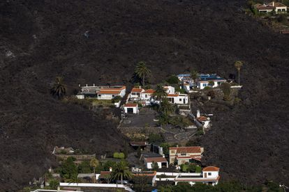 Un grupo de casas rescatadas de la lava del volcán.