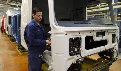 Un empleado de una fábrica de camiones en Alemania.