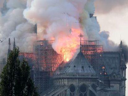 El fuego ha derribado la emblemática aguja del templo, construido entre los siglos XII y XIV