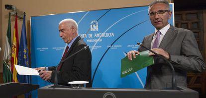 Luciano Alonso, a la izquierda, tras el Consejo de Gobierno.