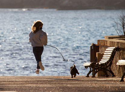 Una niña pasea a su perro en Andratx (Mallorca).