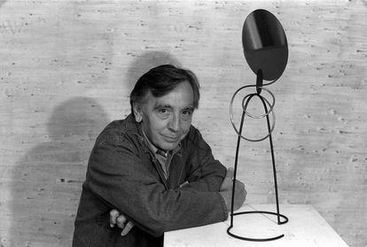 Andreu Alfaro, junto a una de sus esculturas en 1994.