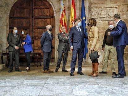 El presidente de la Generalitat, Ximo Puig, en el centro, con los secretarios generales de UGT-PV y CC OO-PV, el presidente de la patronal CEV, y consejeros del Consell.