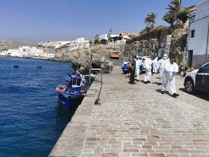 El pesquero 'Fanny', tras desembarcar a migrantes en el muelle del Poris de Abona (Tenerife), este viernes.