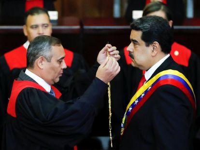 Maikel Moreno y Nicolás Maduro, durante una ceremonia en la Corte Suprema.