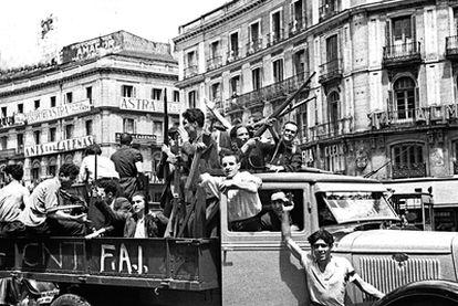 Grupos de la FAI en la Puerta del Sol de Madrid.