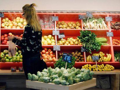 Una mujer compra en una frutería