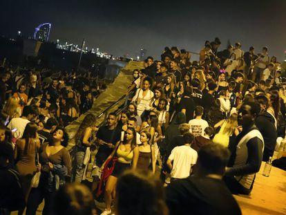 Noche de botellón en la playa durante las fiestas de la Mercè.