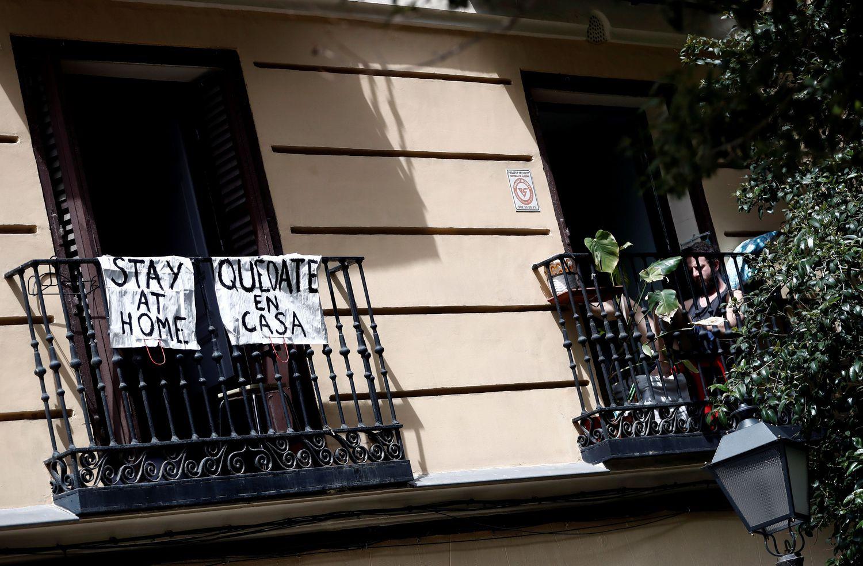 Un balcón con carteles en inglés y español animando al confinamiento en Madrid.