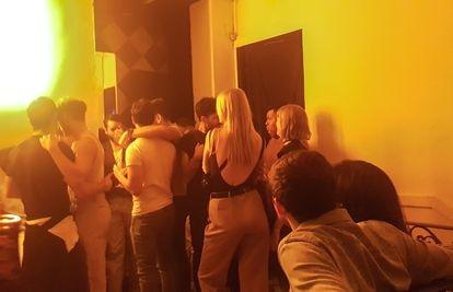 La gente baila en una discoteca clandestina de la capital mexicana.