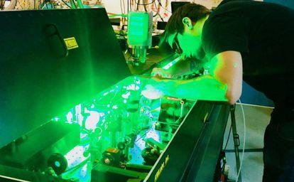 Kev Messin, coautor del estudio, manipula un láser en el centro JILA de la Universidad de Colorado en Boulder (EE UU)