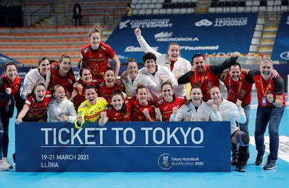 La selección española celebra la clasificación para los Juegos tras vencer a Argentina.