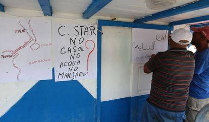 Pescadores tunecinos, este viernes. en el puerto de Zarzis, preparando la protesta contra el barco ultra.