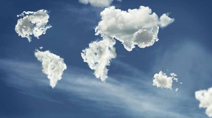 Fotograma del mapamundi formado por nubes de Glenda León en Senda.
