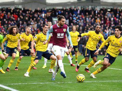 El futbolista Jay Rodriguez, rodeado de jugadores extranjeros del Arsenal en un partido en el que el Burnley FC formó con un 11 integrado completamente por ingleses
