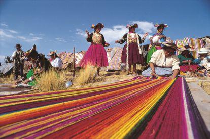 Tejedoras de Llachón, Puno (Perú). Por DOMINGO GIRIBALDI