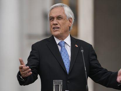 El presidente de Chile, Sebastián Piñera, habla en La Moneda tras la aparición de operaciones a su nombre en paraísos fiscales en los llamados 'Papeles de Pandora', este lunes 4 de octubre de 2021.