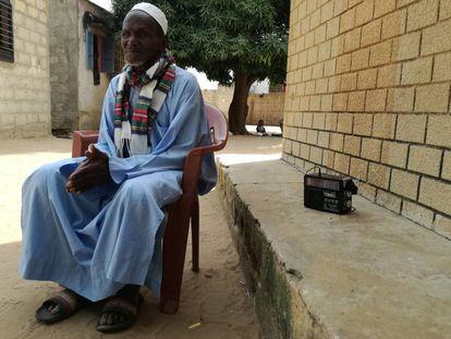 Demba Diawara, sentado frente a su casa en Keur Simbara, Senegal.