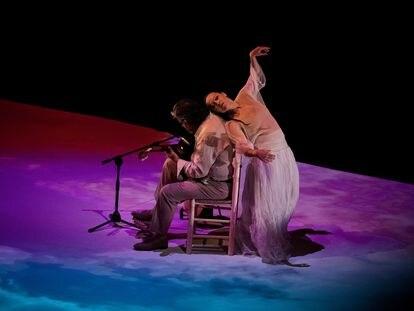 Rocío Molina con el guitarrista Rafael Riqueni durante la interpretación de 'Uno' el 6 de septiembre en el Teatro Central de Sevilla durante la Bienal de Flamenco.
