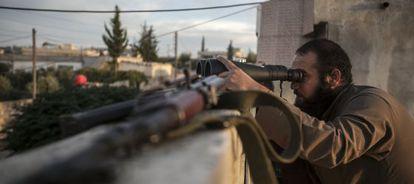 Un opositor a El Asad observa los combates en la provincia de Idlib.
