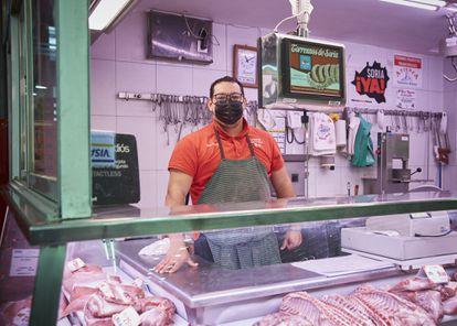 """A Jesús Vicente, carnicero del mercado de Legazpi, varios clientes mayores """"de siempre"""" le han dicho que no era necesario que les llevase la compra a casa. """"Me dicen que no me preocupe, que prefieren bajar"""", afirma. """"Hay personas cuya única forma de salir de casa y socializar es venir aquí, comprar y charlar""""."""