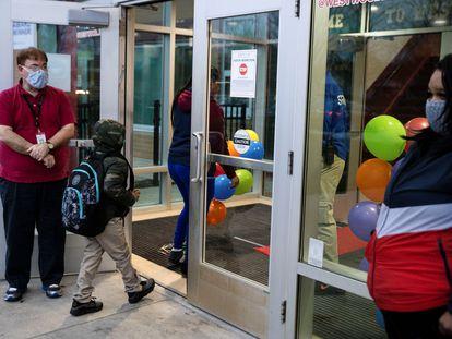 Los profesores le dan la bienvenida a los alumnos en Dayton, Ohio, el 1 de marzo.