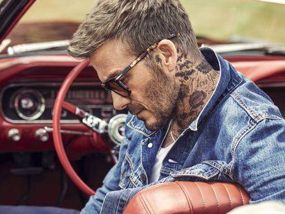 Aunque es más de motos, aquí, Beckham en un coche luciendo uno de los modelos de su primera colección junto a Safilo.
