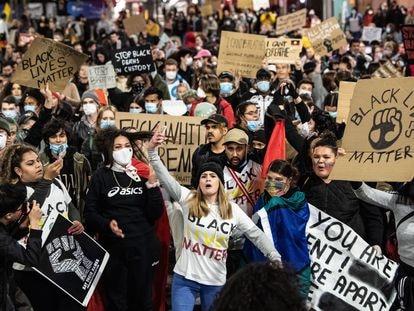 Cientos de personas se manifiestan para protestar por la muerte de George Floyd, este martes en las calles de Sídney, en Australia.