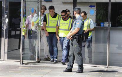 Agentes de la Guardia Civil salen del Ayuntamiento de Sant Cugat en la operación anticorrupción del pasado 29 de agosto.