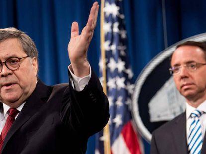 El fiscal general, William Barr, en primer plano, junto al número dos del Departamento de Justicia, Rod Rosenstein, este jueves en rueda de prensa. En vídeo, declaraciones de Barr.