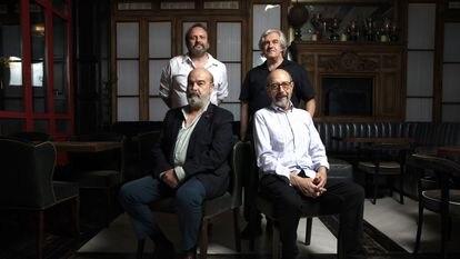 Los creadores de 'Sentimos las molestias', Juan Cavestany y Álvaro Fernández-Armero, con los actores Antonio Resines y Miguel Rellán, antes de arrancar la jornada de rodaje el pasado 15 de junio en un restaurante de Madrid.