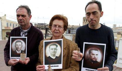 Familiares de los tres fusilados identificados con sus fotos y la botella que contenía un papel con su nombre.